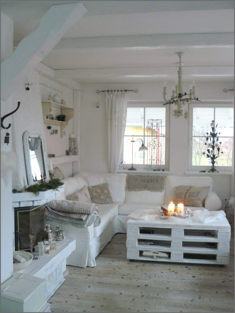 shabby chic wohnzimmer love everything about this love the stacked pallets for an ottoman of shabby chic wohnzimmer